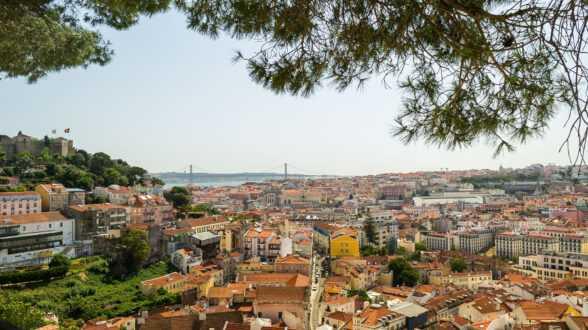 Португалия разрешит гражданство по праву рождения: большая победа за получение Золотой визы